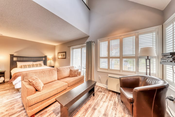 Walk to the Weider Express Lift! Dog-friendly condo w/ shared pool & hot tub!