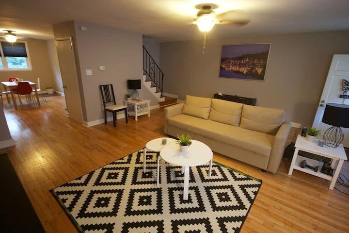 Newly renovated 3 bedroom rowhome! - Brookhaven - Talo