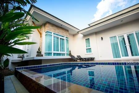 Modern & Luxurious Pool Villa - Rumah