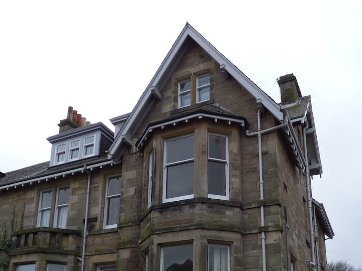 3 bedroom flat 5 mins walk from the Old course