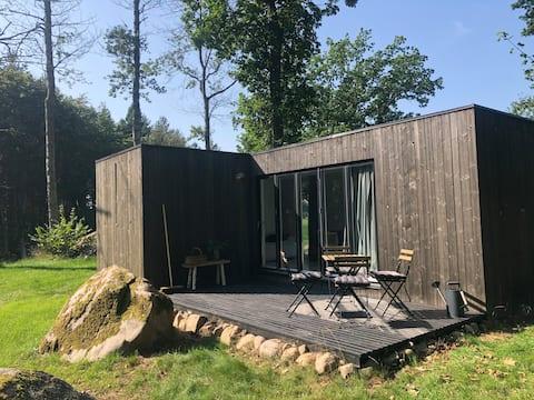 Nybyggd liten stuga i idyllisk lantlig miljö