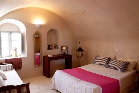 Philomilla's Traditional House - Emporio