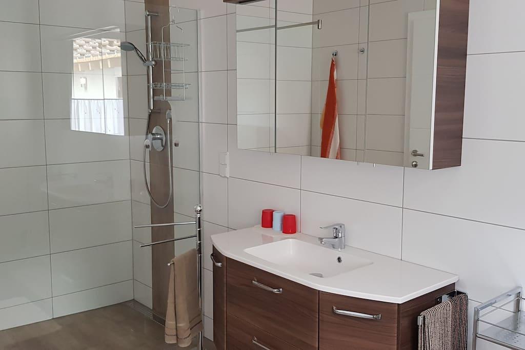 Bad mit Dusche, WC & Bidet