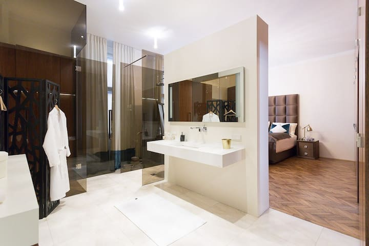 120m2 Luxus Designer-Wohnung mit Kaiserbett