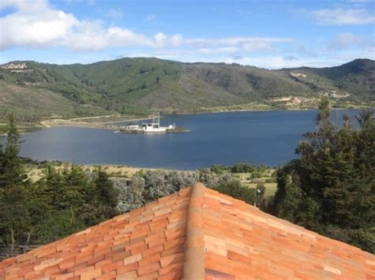 mi casa es lo mejor, ubicada cerca a la ciudad de Bogotá (a 10 minutos) en el mejor ambiente rural y con todos los servicios necesarios. excelente vista a la ciudad y alos pueblos aledaños; miradores y mucha naturaleza.