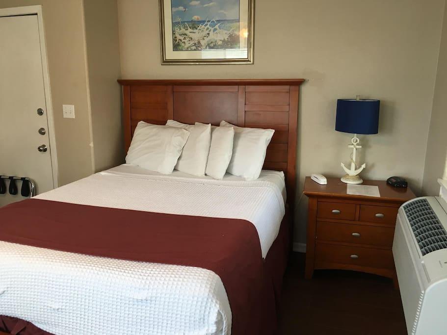 Queen bed in 212
