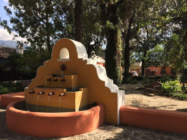 BIG Room Town-center/Private Bath/Kitchenette - Antigua Guatemala - Haus