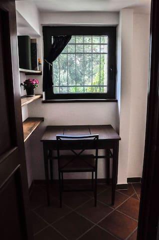 Camera da letto per due persone con scrittoio e uscita indipendente.