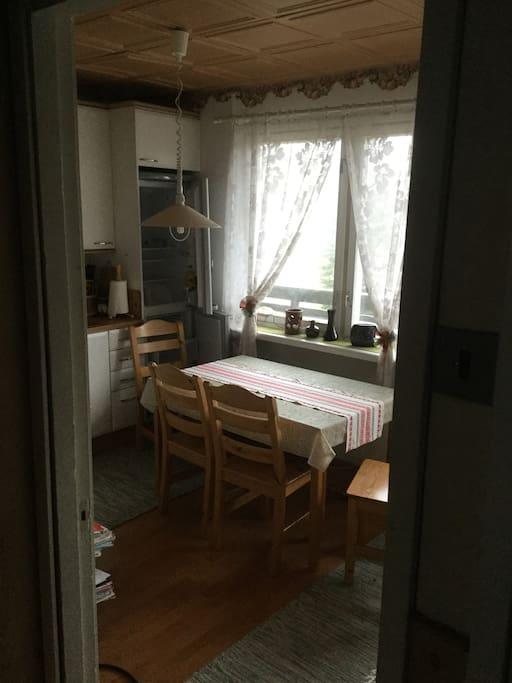 Keittiö,jossa pöytä 4 hengelle ,sekä käynti parvekkeelle,jossa voit mukavasti nauttia aamiaista. Keittiössä jääkaappipakastin ,liesi/uuni,sekä kaikki tarvittava ruokailuvälineistö