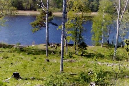 Gästrum på lantgård nära sjö - Norrtälje S - Stuga