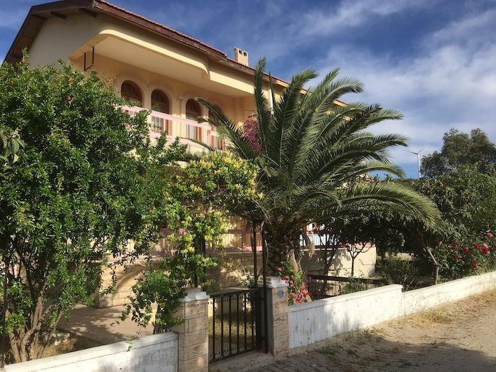 Çeşme'de denize yakın tam donanımlı dubleks villa