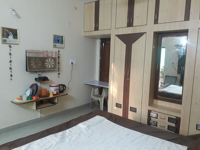YAMINIS DEN WITH AC AND TV WITH TATASKY