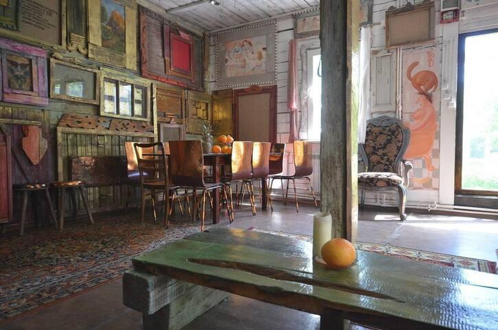 Дом художника с камином