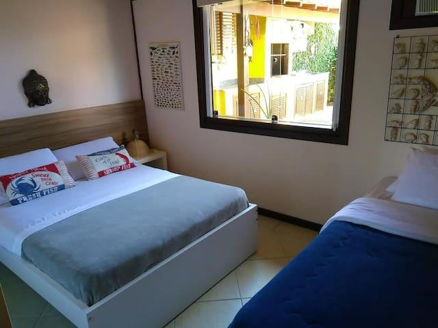 Suíte 2 com cama de casal e uma cama auxiliar