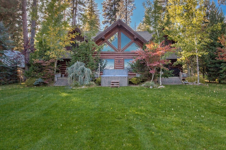 Lakefront true log home w/ private hot tub, dock & heated floors!