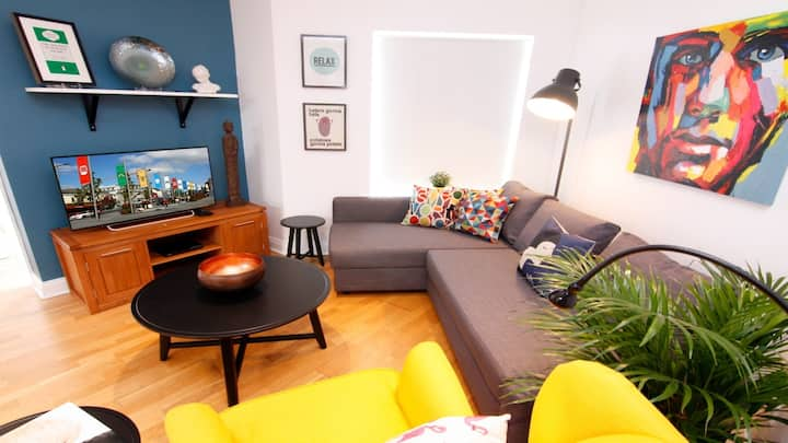 Bright, funky rooftop apartment. 200m to Eyre Sq. Sleeps 5