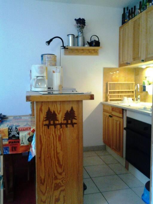 Espai cuina, equipada amb forn, nevera de 140cm i microones