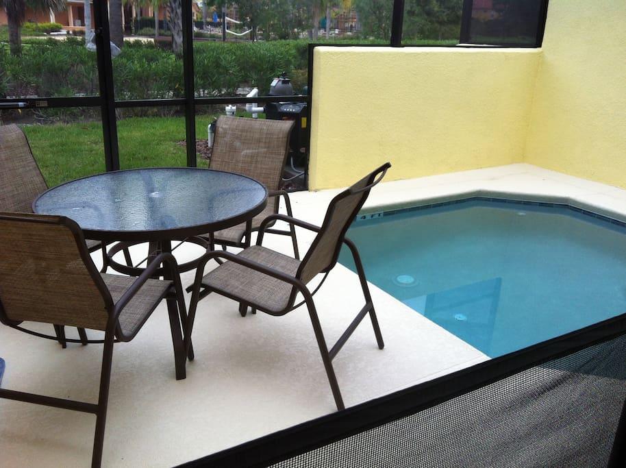 Área externa com pequena piscina