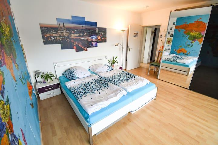 XXL Doppelbett mit 7 Zonen Matratzen H2 und H3 und Tischlampen und Kommoden  Das komfortable Bett sowie die Pflanzen, Weltkarte und Bilder ermöglichen einen sehr angenehmen Schlaf. Das Zimmer ist liegt ganz oben im Haus und ist daher sehr leise