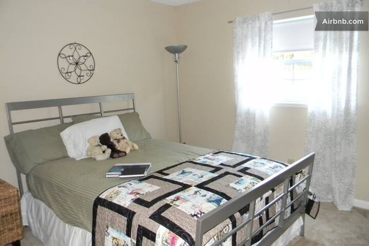 Private Room, Includes Breakfast - Sanford - Bed & Breakfast