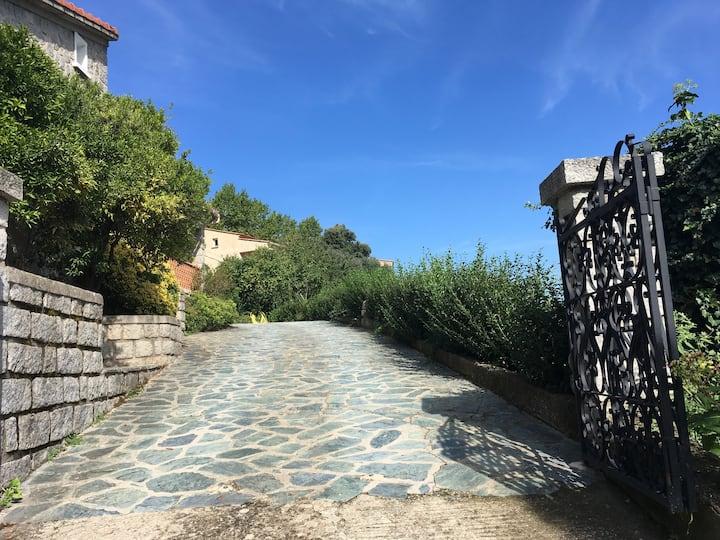 Très grande villa en granit dans charmant village
