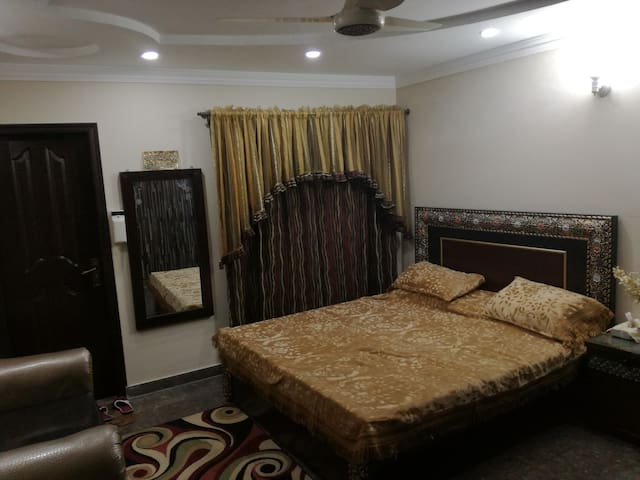 Royal Family Room near DHA/AIRPORT. (Only family)