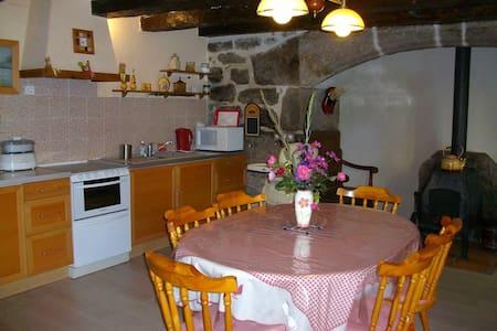 Maison traditionnelle dans hameau. - Saint-Symphorien-de-Thénières