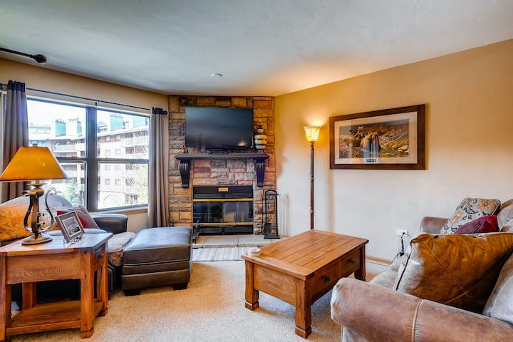 Condo in the heart of Breckenridge near skiing w/shared pool and hot tub!