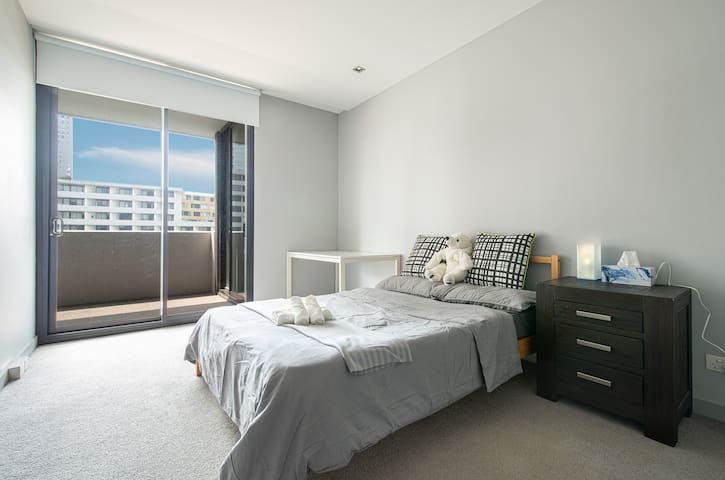 Sunlight Large Bedroom Great Location in Zetland