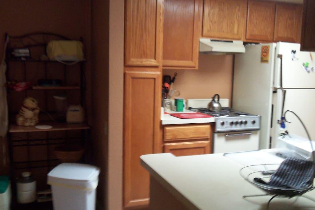 Kitchen-electric stove, ref/freezer