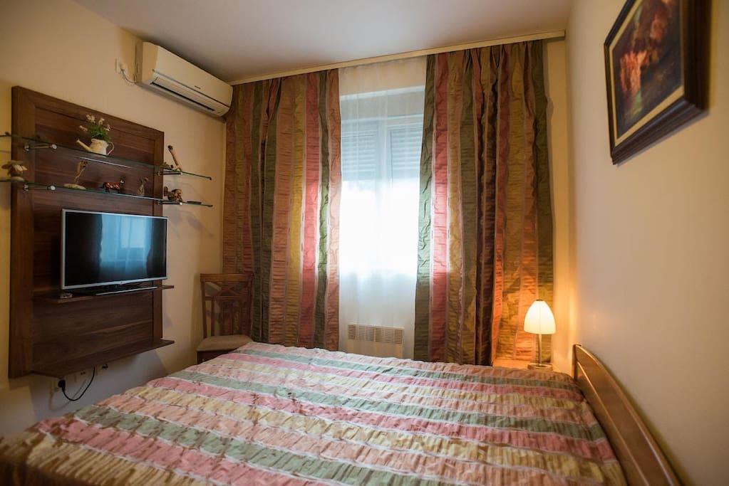 Спальня с 2-спальной кроватью, отдельный смарт-ТВ