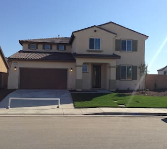 Furnished Rooms for Rent, New House - Eastvale - Talo