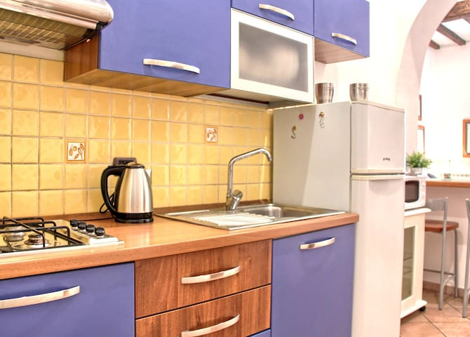 Cucina attrezzata con Nespresso, dispenser di cereali, tostapane, bollitore, forno a microonde