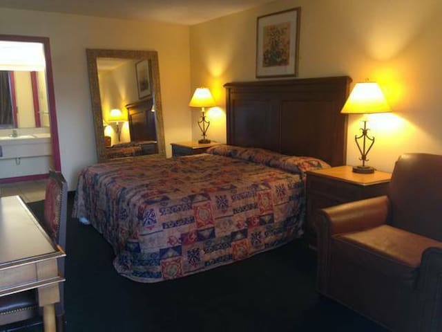 Newly Renovated Private Room 1 King, 2 Double Bed - Goldsboro - Hotel boutique