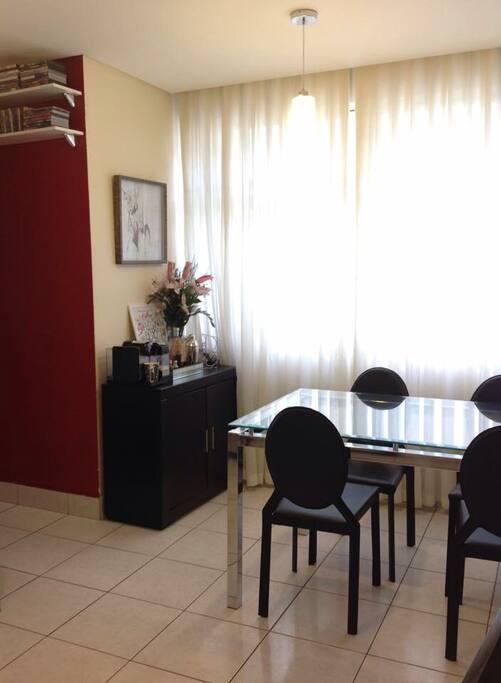 Sala bem decorada e confortável.