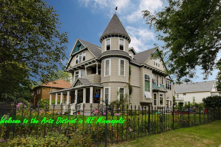 "The ""Grand Old House"" in NE Mpls - Minneapolis - Lejlighed"