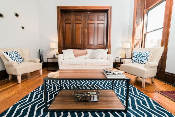 ☆Historic Apartment in Charming Troy Hill!☆