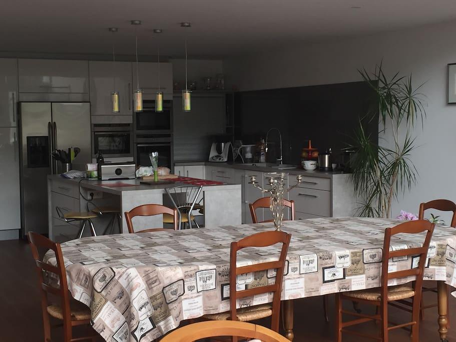 Grande cuisine équipée et grande table pour le petit déjeuner