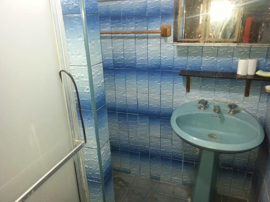 Sencillo baño completo con  todos los servicios.