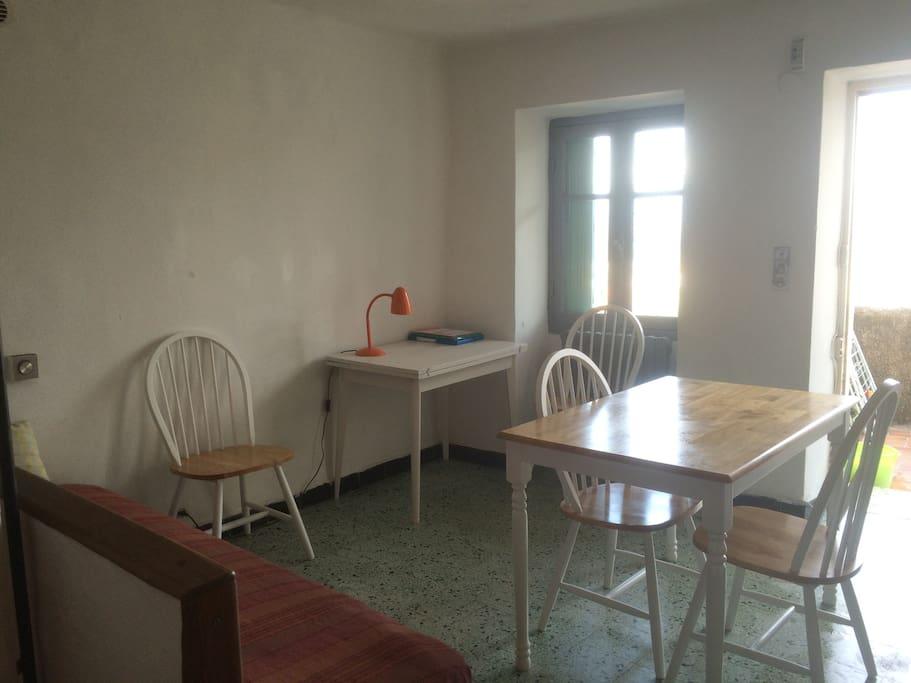 table du coin repas et dans le fond bureau