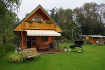 Idyllische Holzhütte mit Wasserzugang