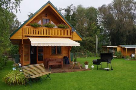 Idyllische Holzhütte mit Wasserzugang und Sauna