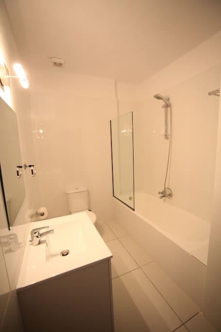 Clean and good size bathtub
