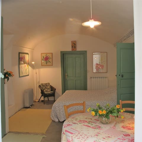 Nicolas's charming and poetic room - Saint-Hippolyte du Fort - Townhouse