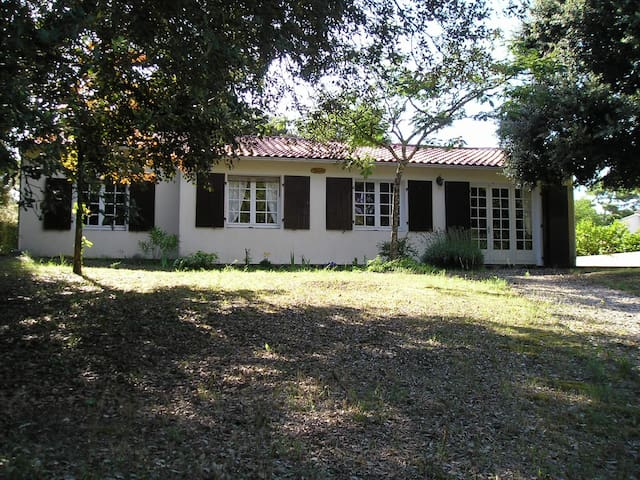 Lovely house under the oaks in La Palmyre (WIFI)