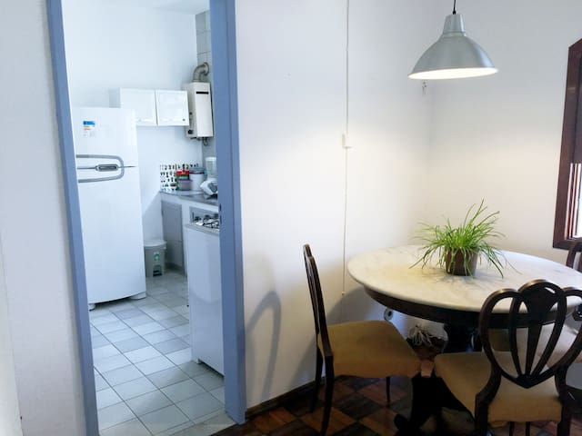 Mesa de jantar e cozinha no segundo andar