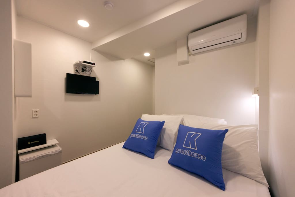 Standard Double room_We use white bedding for your cleaning.