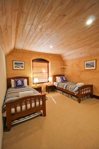 Bedroom 4 with 2 single beds