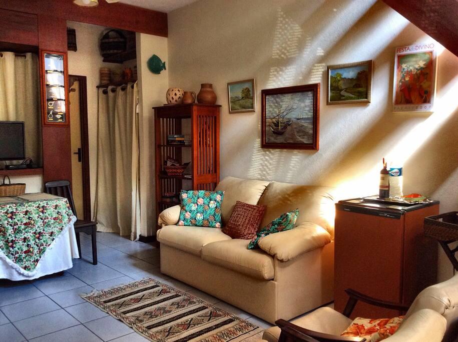 Sala de estar decorada com acesso à internet lavabo e ventilador de teto