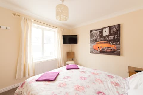✭Double Bed  ✭South Facing Bedroom